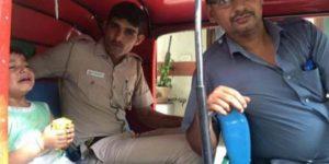 cop-helps-child-delhi-dontgiveupworld