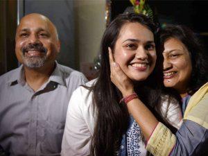 Tina Dabi with parents@dontgiveupworld
